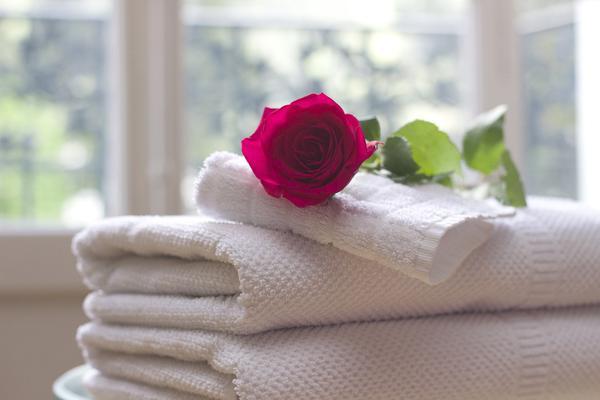 białe ręczniki hotelowe